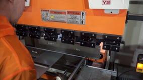 Lamina di metallo di piegamento dell'operatore tramite la macchina piegatubi della lamina di metallo della macchina piegatubi del video d archivio