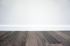 Laminat podłoga i biel ściana Obrazy Stock
