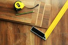 Laminat podłoga zaszaluje i narzędzia na drewnianym tle Odgórny widok fotografia royalty free