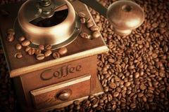 Laminatoio con i chicchi di caffè Fotografie Stock Libere da Diritti