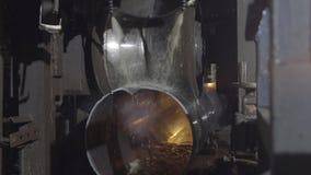 Laminatura della metropolitana nella fabbrica Primo piano del processo di produzione del tubo del metallo Macchinario industriale immagine stock