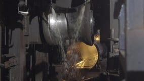 Laminatura della metropolitana nella fabbrica Primo piano del processo di produzione del tubo del metallo Macchinario industriale fotografia stock libera da diritti