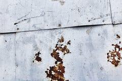 Lamine di metallo arrugginite con i ribattini fotografie stock libere da diritti