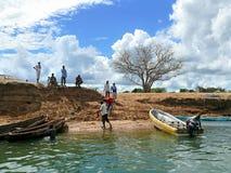 LAMIRANGA MOCAMBIQUE - 4 DESEMBER 2008: Okända män som seglas av b Arkivbilder