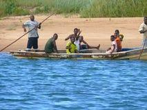 LAMIRANGA, MOZAMBIQUE - 4 DESEMBER 2008 : Les hommes inconnus portent passe Photo stock
