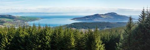 Lamlash海湾和圣洁海岛全景 库存照片