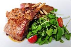 Lamm-Hiebe mit Salat Lizenzfreie Stockbilder
