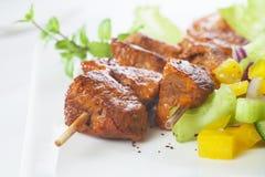 Lamm Tikka mit Salat lizenzfreie stockbilder