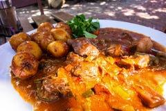 Lammfleisch in der Gemüsesoße und in der Kartoffel stockfotos