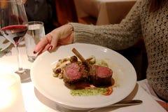Lammhiebe surved für Abendessen lizenzfreies stockfoto