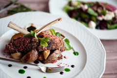 Lammkarree mit Pilzen und Bratenkartoffeln Lizenzfreies Stockfoto