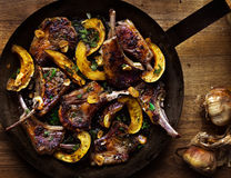 Lammkoteletts mit Kürbis und geräuchertem Knoblauch Stockfoto