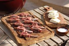 Lammkotletter som är förberedda och som är klara för att laga mat på en grillfest Arkivfoton