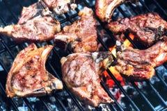 Lammkotletter som lagar mat på grillfest, grillar för utomhus- parti för sommar f arkivfoto