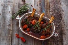 Lammschaft gedünstet in der Tomatensauce, Draufsicht lizenzfreies stockfoto