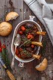 Lammschaft gedünstet in der Tomatensauce, Draufsicht stockfoto