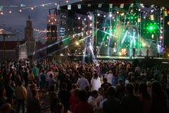 Lamor Galicia, Spanien - Maj, 8, 2018: Konsert av den berömda Paris de Noia orkestern på de populära festivalerna av staden av la royaltyfri fotografi
