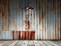 Lamp bij Geroeste gegalvaniseerde ijzerplaat Stock Afbeeldingen