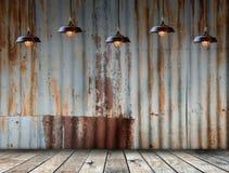 Lamp bij Geroeste gegalvaniseerde ijzerplaat met houten flo Royalty-vrije Stock Foto's