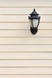 Lamp in bijlage op muur Stock Foto