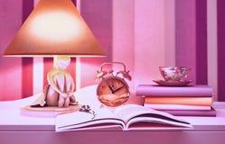 Lamp, boeken, uren, kop thee Stock Afbeelding