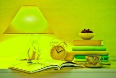 Lamp, boeken, uren, kop thee, plaat van kers Royalty-vrije Stock Foto