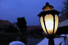 Lamp dichtbij de pool royalty-vrije stock foto