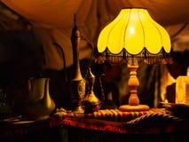 Lamp die op mooie oostelijke metaaltheepotten glanzen royalty-vrije stock afbeelding
