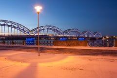 Lamp en blauwe spoorwegbrug Stock Foto