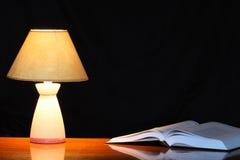 Lamp en Boek Stock Afbeeldingen