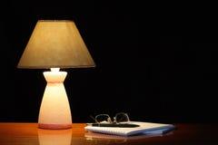 Lamp en Spiraalvormig Notitieboekje Stock Afbeeldingen