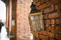Lamp het hangen op de muur Openluchtsamenstelling stock foto