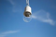 Lamp met blauwe hemel op achtergrond Stock Foto's