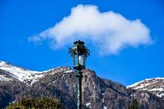 Lamp met de Karpatische Bergen op de Achtergrond Gegoten Peles Stock Afbeeldingen