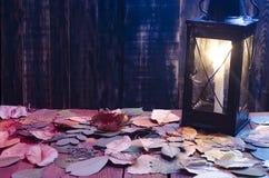 Lamp met een brandende kaars op een houten achtergrond Royalty-vrije Stock Afbeelding