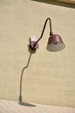 Lamp met schaduw op muur Stock Afbeelding