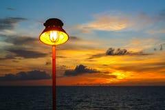 Lamp met zonsondergang in het overzees Stock Afbeeldingen