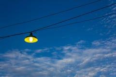 Lamp op blauwe hemelAchtergrond Stock Foto