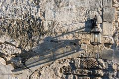 Lamp op een rustieke muur met schaduw Stock Afbeeldingen