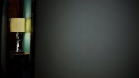 Lamp op grijze muurachtergrond Stock Afbeeldingen