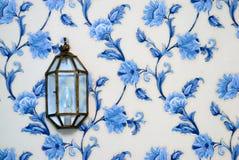 Lamp op uitstekend behang royalty-vrije stock fotografie