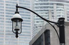 Lamp-post com fundo da cidade Imagens de Stock Royalty Free