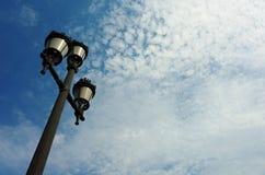 Lamp post en bewolkte blauwe hemel Stock Foto