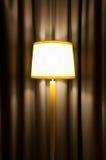 Lamp tegen gordijn royalty-vrije stock foto