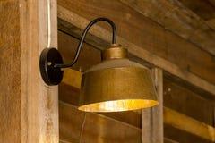 Lamp van messing in bijlage aan de muur wordt gemaakt die stock fotografie
