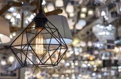 Lamp van stijl van de zolder in een binnenland van winkel Een modieuze lamp in een metaalkader royalty-vrije stock afbeelding