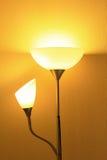 Lamp in verdonkerde ruimte Stock Foto's