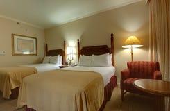 Lampa łóżko z wezgłowia stołem i lampami Obrazy Royalty Free