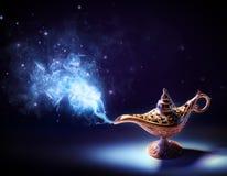 Lampa av önska - kommande magisk rök ut arkivfoton