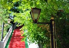 lampa bredvid den röda trappan Arkivfoton